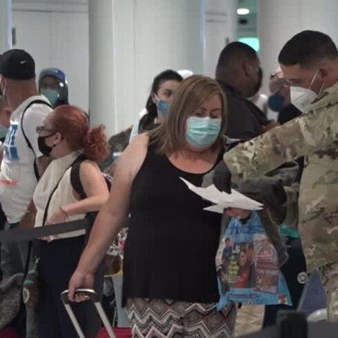 Largas filas en el aeropuerto en el segundo día de nuevas reglas para entrar a Puerto Rico