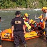 Muertos y heridos al caerse puente en Indonesia
