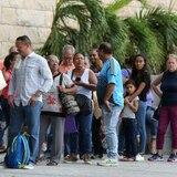 Decenas de personas llegan hasta el Centro de Convenciones buscando auxilio