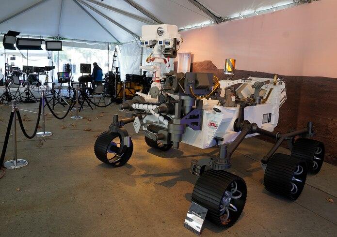 Un modelo a escala completa del rover Perseverance.