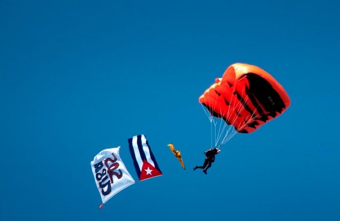 Un miembro del equipo de paracaidismo Team Eagle se zambulle, remolcando una bandera cubana y una pancarta, en el Cuban Memorial en Miami, Florida, Estados Unidos, 09 de septiembre de 2021. EFE / EPA / CRISTOBAL HERRERA-ULASHKEVICH