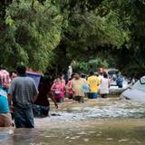 Autoridades guatemaltecas buscan unas 100 personas que se teme fueron sepultadas por deslave