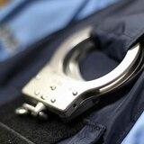 Acusan a hombre por tumbe en lote de autos de la Policía