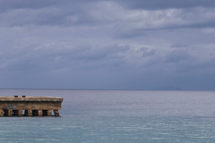 El muelle de Aguadilla tiene una altura aproximada de 100 pies y en el pasado otros bañistas han resultado lesionados al lanzarse al agua desde esa estructura. (GFR Media)