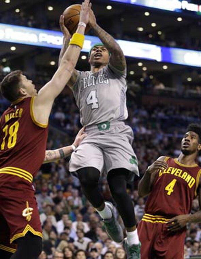 Los Celtics arrasaron 34-9 a los Cavaliers en el segundo cuarto para irse arriba 55-31. (AP)