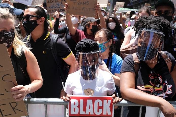 Manifestantes participan en una marcha cerca de Times Square, en Nueva York,  para protestar contra el racismo y la brutalidad policial