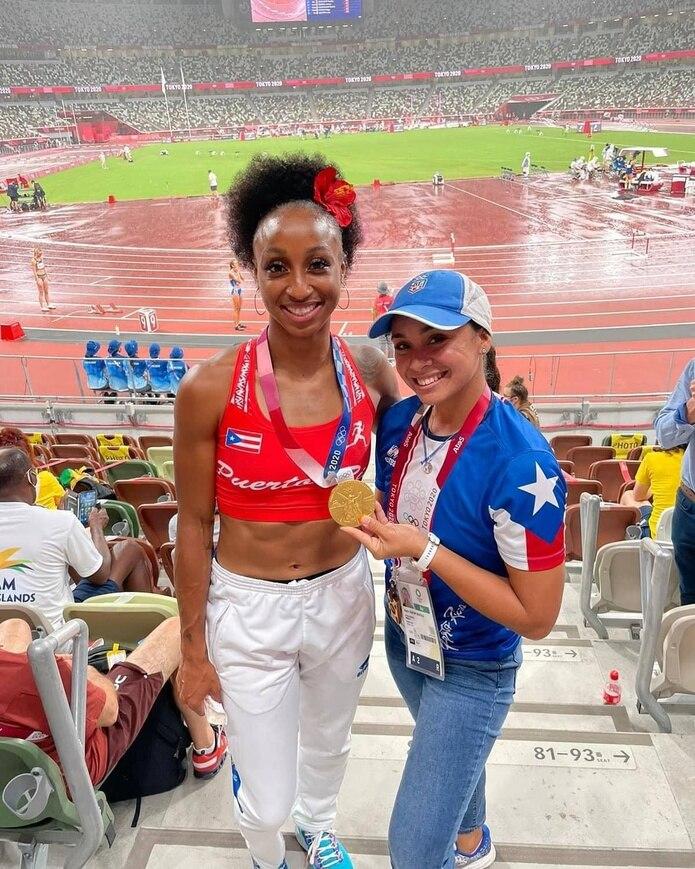 Daylin Chacón Grafals, terapista de Jasmine Camacho Quinn en Tokio, posa junto a la corredora olímpica pocos minutos después de que este recibió su medalla de oro.