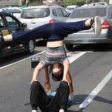 Bailarines venezolanos trabajan en calles de Perú