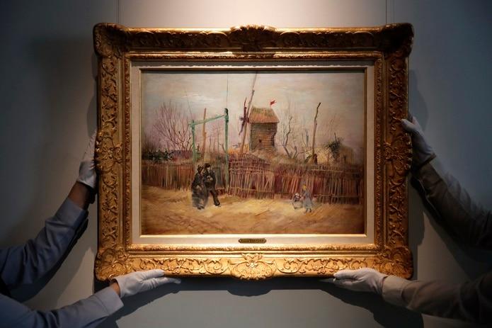 """Personal de Sotheby's expone """"Escena callejera en Montmartre"""" de Vincent van Gogh el jueves 25 de febrero de 2021 en la casa de subastas en París."""