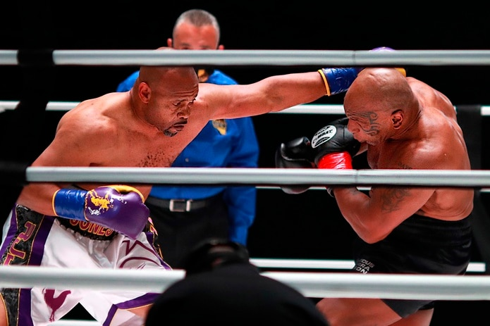 Mike Tyson (derecha) y Roy Jones Jr. ofrecieron una entretenida pelea el pasado noviembre.