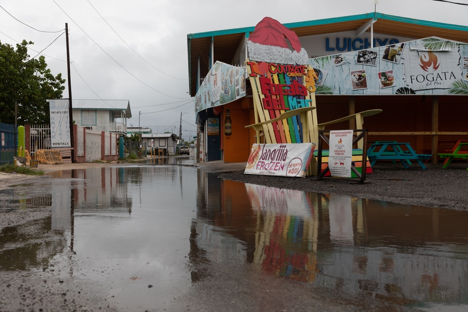 Despite the fact that until mid-afternoon on Saturday very little rain had been registered in the Cabo Rojo area, one of the main streets of the Combate town was beginning to fill with water.