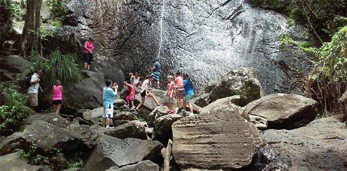 Turistas que acuden a la zona se dan cuenta que la famosa cascada de La Coca tiene menos agua. (Twitter/hperez1933)