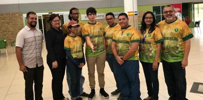 El equipo compuesto por tres estudiantes universitarios y uno de escuela superior recibió $5 mil por parte de los organizadores del evento durante la premiación y una medalla a la excelencia. (Suministrada)