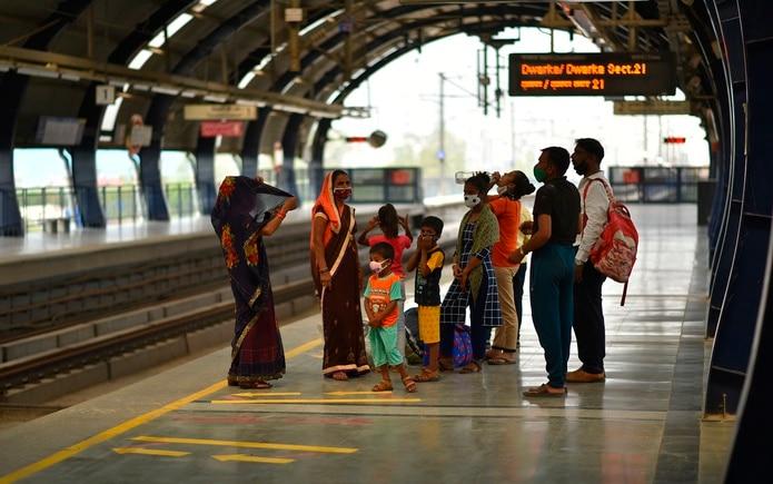 Una familia espera para coger un tren en Nueva Delhi.