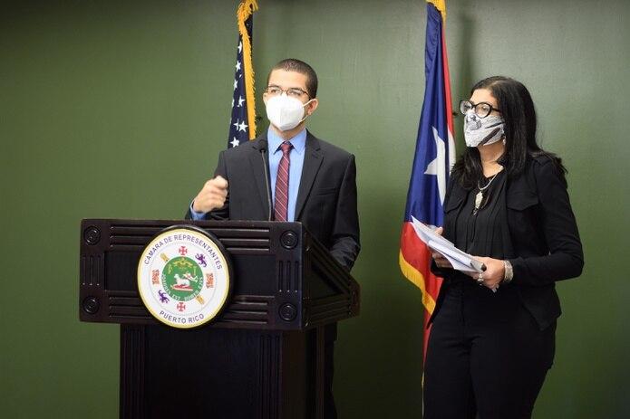 Los representantes del Movimiento Victoria Ciudadana: José Bernardo Márquez y Mariana Nogales Molinelli.