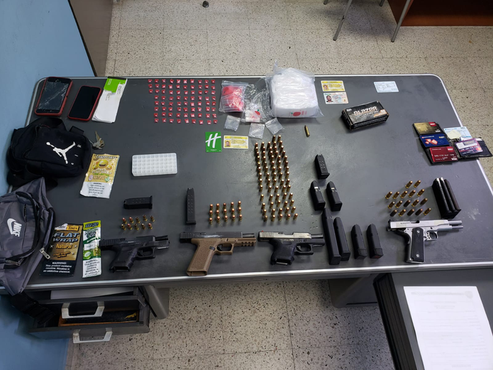 Un individuo que se está en probatoria por narcotráfico fue arrestado ayer, martes, junto a otros tres jóvenes tras accidentarse mientras transitaban en un Jeep en la carretera PR-345 en Hormigueros y ocupar armas y drogas.