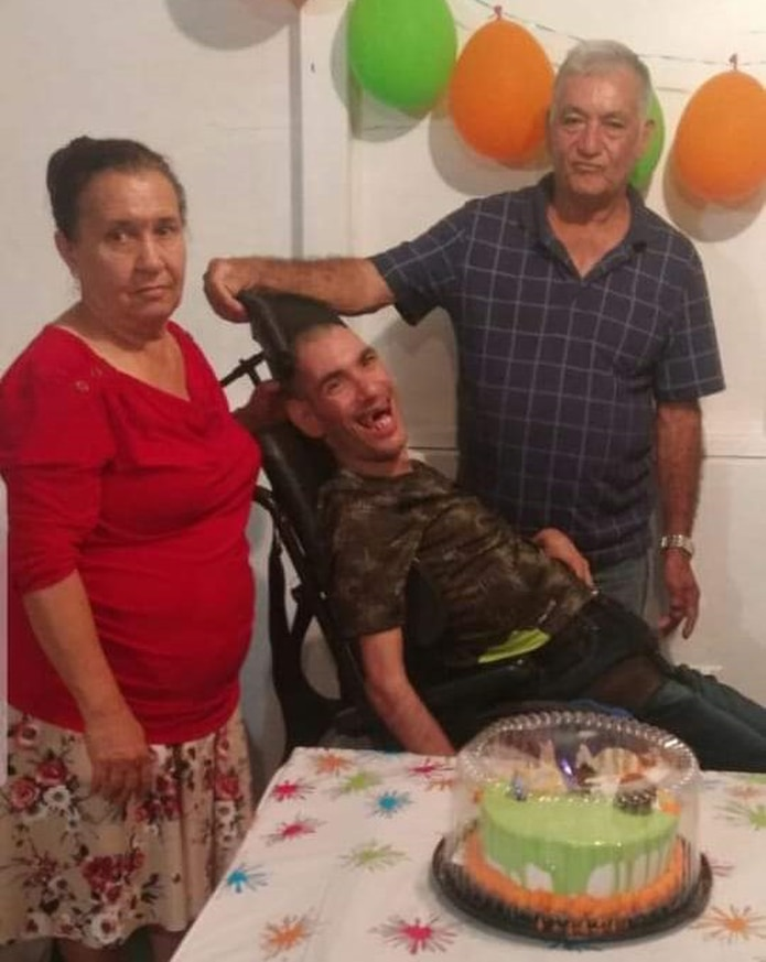 Luis Vargas Torres junto a sus padres Herminia y Ángel.