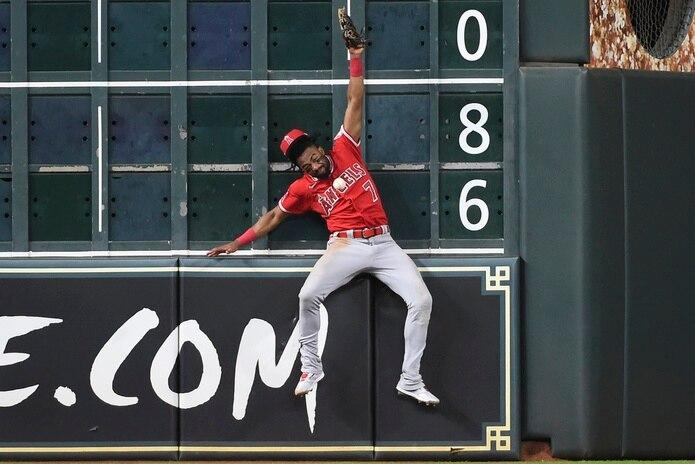 Jo Adell choca contra la pared en un juego en Houston. El golpe le dejó lesionado.
