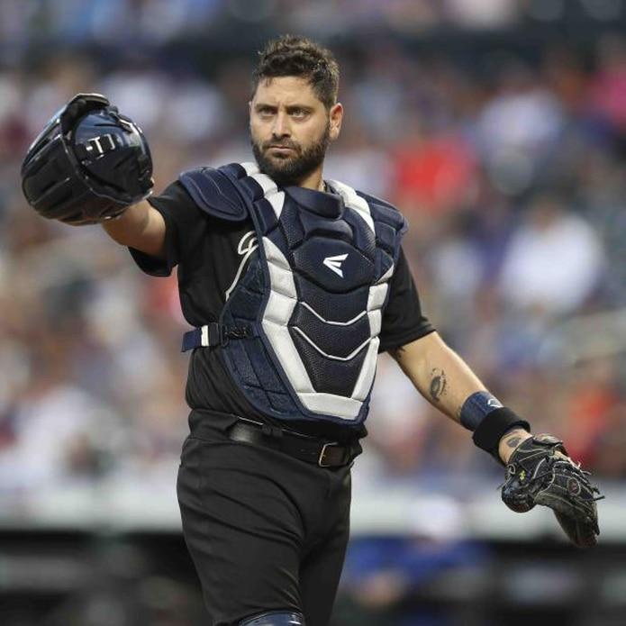 El receptor Francisco Cervelli de los Bravos de Atlanta durante el primer inning del juego del sábado ante los Mets de Nueva York. (AP Foto/Mary Altaffer)