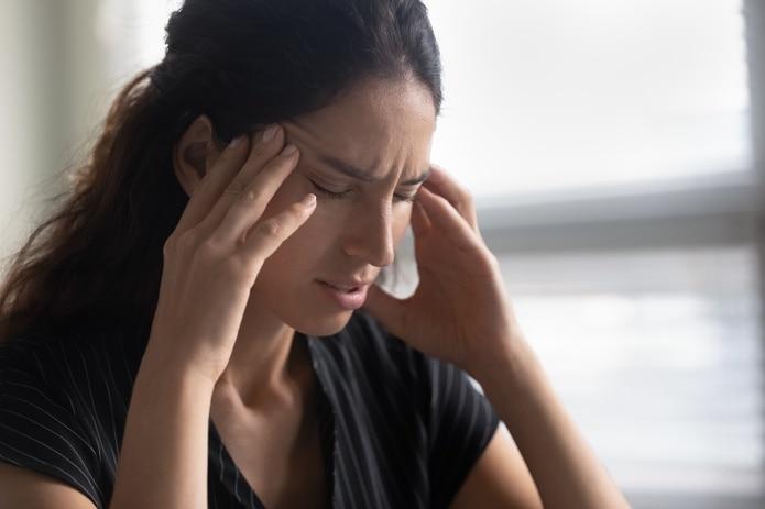 La migraña es un dolor pulsátil o una sensación de latido en la cabeza en un lado o en ambos lados.