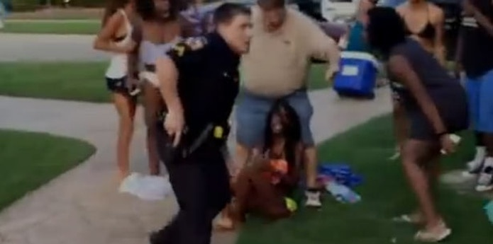 En un vídeo difundido ampliamente en internet aparecía el agente derribando al piso a una jovencita negra en bikini el viernes y blandiendo su arma ante otros adolescentes negros. (Captura: YouTube)