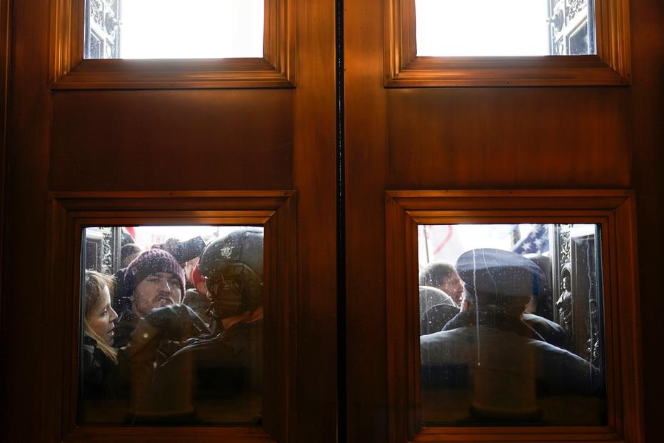 La Policía del Capitolio trataba de detener la entrada de los manifestantes.