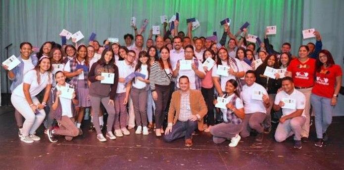 El gobernador Ricardo Rosselló junto a los estudiantes que recibieron boletos para asistir a la presentación de Bad Bunny. (Suministrada)