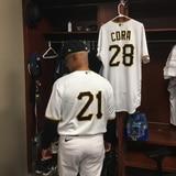Joey Cora ya está vestido para la fiesta del Día de Roberto Clemente