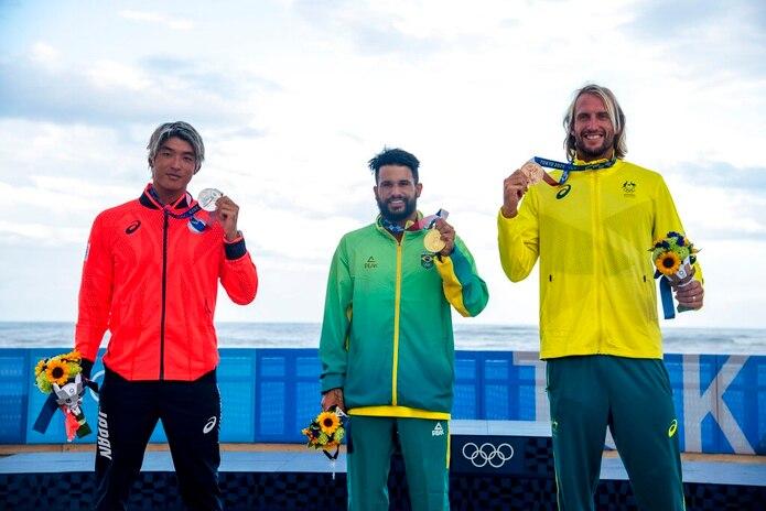 Ítalo Ferreira de Brasil con la medalla de oro, Kanoa Igarashi de Japón con la medalla de plata, y Owen Wright de Australia con la medalla de bronce, posan en la competencia masculina de surf en los Juegos Olímpicos 2020, el 27 de julio de 2021, en la playa Tsurigasaki, en Ichinomiya, Japón.