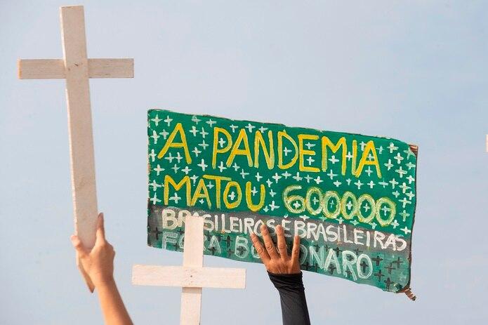 Manifestantes protestan contra el manejo de la pandemia por parte del Gobierno del presidente Jair Bolsonaro y en homenaje a las 600 mil muertes por covid-19 que registra el país suramericano, hoy, en la plaza de los Tres Poderes en Brasilia (Brasil). EFE/Joédson Alves