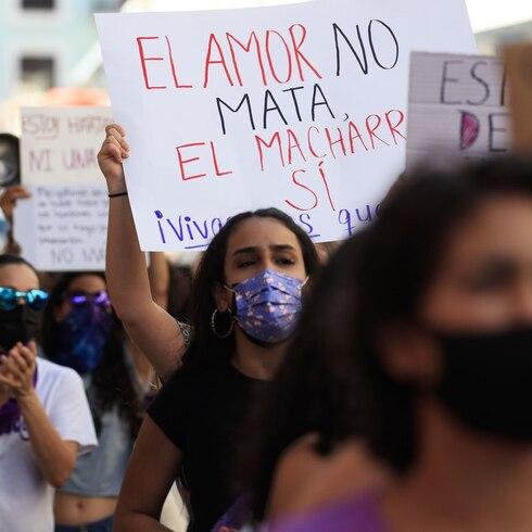 Mujeres unidas en grito de lucha frente a La Fortaleza