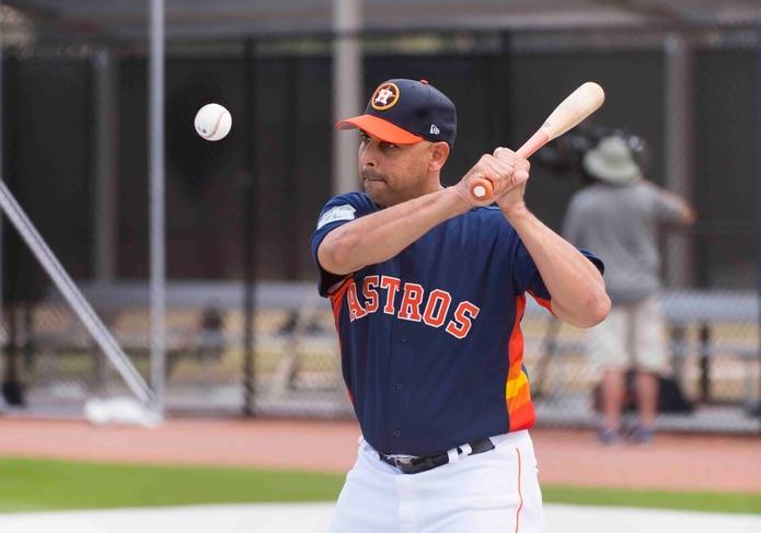 Alex Cora comenzó a trabajar de lleno como coach de banca de los Astros. (The Associated Press)