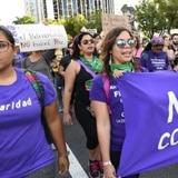 Centenar de mujeres marchan en contra de la violencia de género