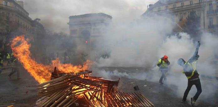 La situación en París contrastaba con la de otras regiones del país, donde las protestas y los cortes de tránsito fueron mayoritariamente pacíficos. (AP / Thibault Camus)