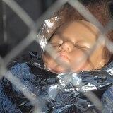 Meten a María y al niño Jesús dentro de jaulas