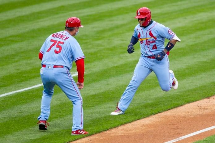 """El puertorriqueño Yadier Molina, de los Cardenales de San Luis, festeja delante del coach de tercera Ron """"Pop"""" Warner, luego de conectar un jonrón de tres carreras en el tercer inning."""