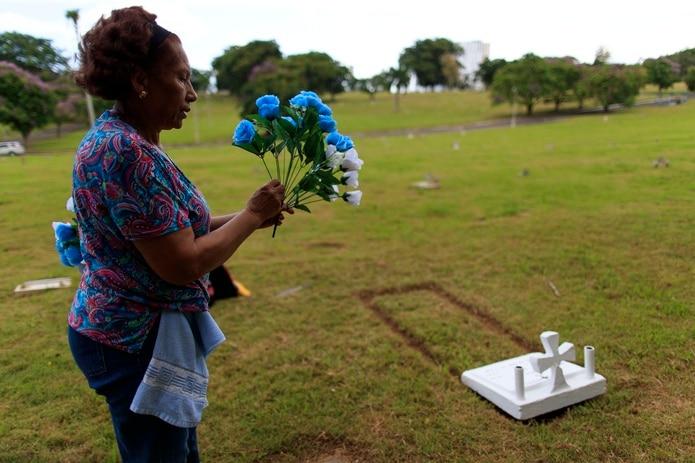 """Canales le puso flores a la tumba de su esposo de dos colores, azules porque era su color favorito y blancas """"para que tengas paz""""."""