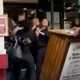 Tres mujeres atacan a empleada de restaurante en Nueva York por pedir evidencia de vacuna