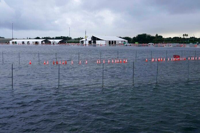 El estacionamiento del Hard Rock Stadium se inundó con el paso de la tormenta tropical Eta en Miami Gardens, Florida.