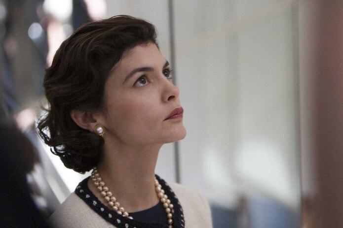 """Coco Chanel, representada en la imagen por Audrey Tautou, nunca observó barreras, lo que verbalizó en la frase: """"El acto más valiente es pensar por una misma. En voz alta""""."""