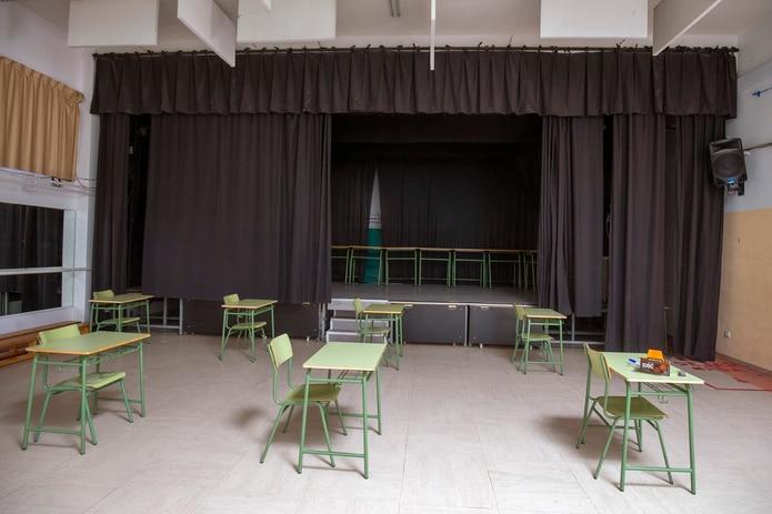 Un aula preparada en el gimnasio escolar de la escuela secundaria Rosa Chacel de Colmenar Viejo, en Madrid, España, el viernes 28 de agosto de 2020.