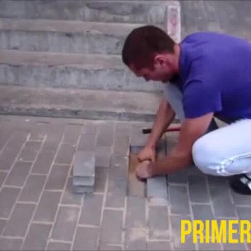 Dramático rescate de perro atrapado en escalera
