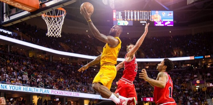 James aportó 38 puntos para derrotar el martes 106-101 a los Bulls de Chicago. (AFP)