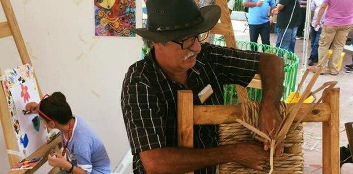 Aprendió a tejer la anea con el artesano Rubén Villalobos quien le regaló el primer material para comenzar a trabajar. (Suministrada)