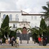 Identifican a hombres hallados muertos en antigua mansión de Versace