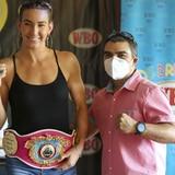 Campeona Mikaela Mayer celebra en la isla