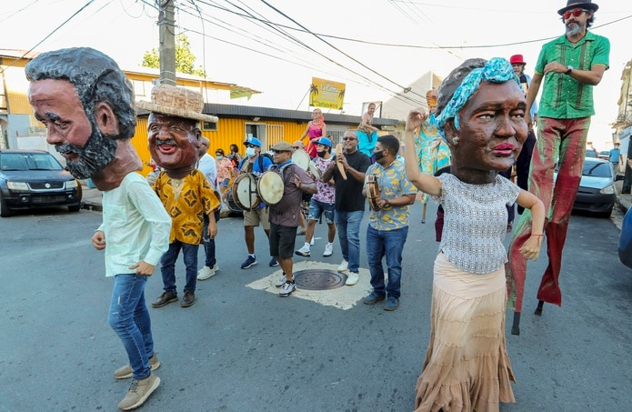 El colectivo Agua Sol y Sereno realiza comparsa en la memoria del fenecido Elizam Escobar y a la misma vez recrean las fiestas de la calle San Sebastián de forma virtual  junto a la musica del plenero Tito Matos.