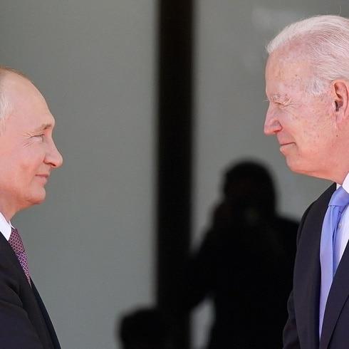 Tenso reencuentro entre Putin y Biden