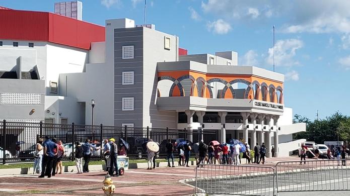 Público espera para poder entrar al coliseo Marcelo Trujillo en Humacao para despedirse del cantante Tito Rojas.