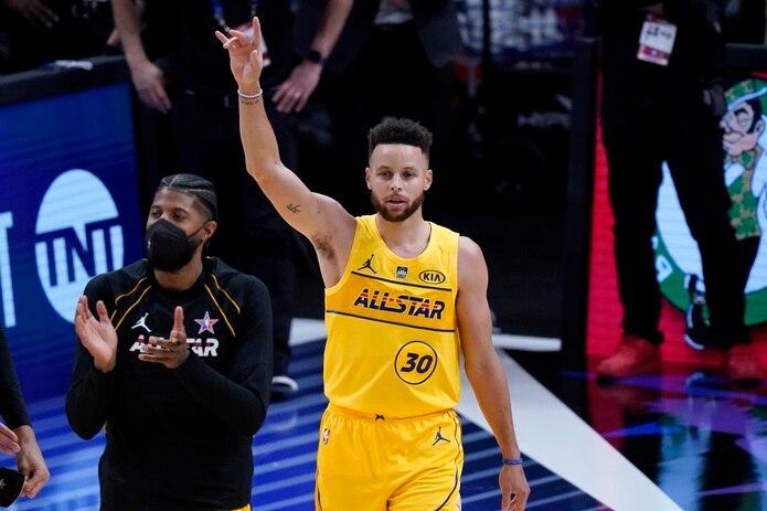 Stephen Curry, de los Warriors de Golden State, ganó la competencia de tiros de tres puntos.